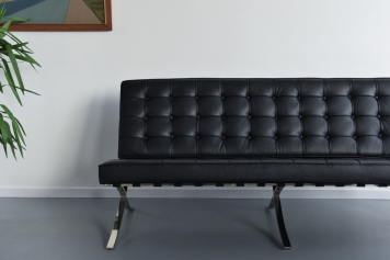 📷https://www.vinterior.co/listings/vintage-black-and-chrome-barcelona-sofa-couch-by-ludwig-mies-van-der-rohe